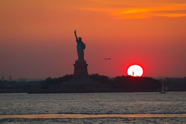 Sunset-jet-sailboat-and-Statue-of-Liberty